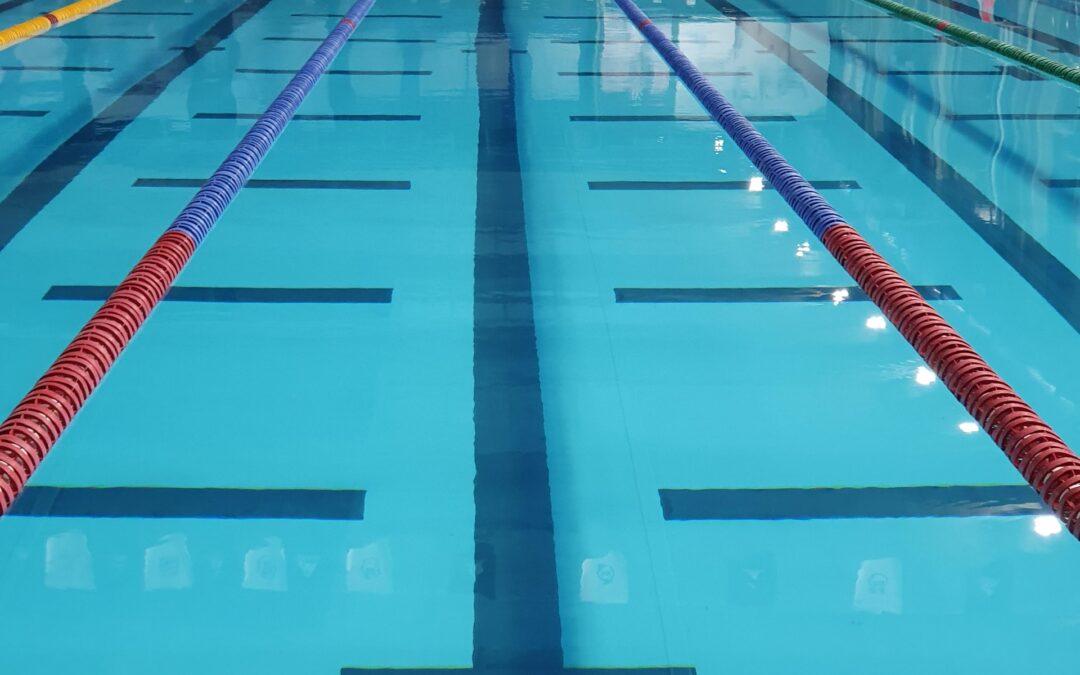 Forebyg fald i svømmehaller med skridsikre måtter